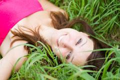 草原わらってる女性