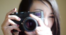 カメラ向ける女性