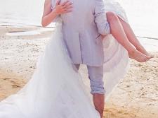 ウェディング 砂浜 お姫様だっこ
